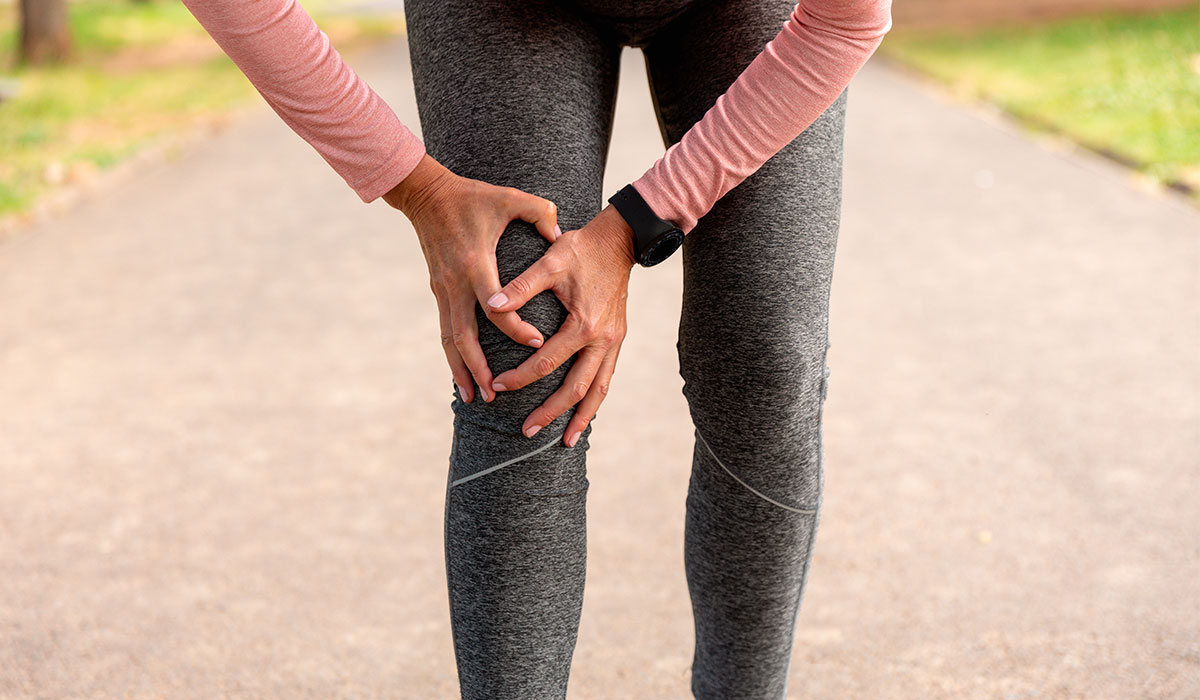 jogger-woman-in-the-park-knee-injury
